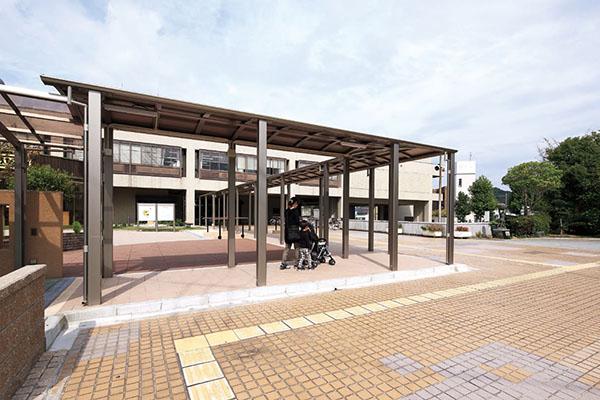 羽曳野市庁舎南側〈親子ふれあい広場〉
