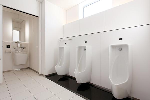 男性用トイレ 小便器と広めブース デザイン性が高く清潔な印象 男性用トイレ 小便器と広めブース